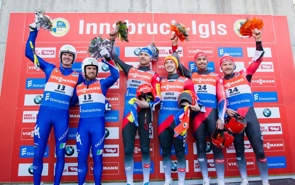 Fotograf: kristen-images.com / Michael Kristen // 18.11.2017 / Bobbahn Innsbruck-Igls / Rodeln / Rennrodel Weltcup - WC 2017 / Kunstbahnrodeln / Flower-Zeremonie / Bild von li.: Ludwig Rieder, Patrick Rastner (ITA / Platz 2), Toni Eggert, Sascha Benecken (GER / Platz 1), Tobias Wendl, Tobias Arlt (GER / Platz 3)
