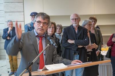 """Wolfgang Weber, Leiter der Schulabteilung, eröffnet gemeinsam mit den Künstlern Ilse Wecker und Ulrich Karst die Ausstellung zum Bildband """"Kunstszene Münster"""".  Foto: Gregor Wiemer"""