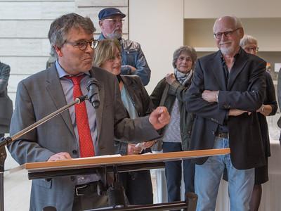 """Wolfgang Weber, Leiter der Schulabteilung, eröffnet  mit den Fotografen Ilse Wecker (teilw. verdeckt) und Ulrich Karst  (rechts) die Ausstellung zum Bildband """"Kunstszene Münster"""".  Foto: Gregor Wiemer"""