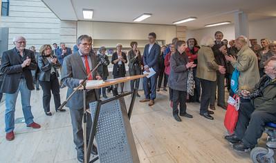 """Wolfgang Weber, Leiter der Schulabteilung, (am Rednerpult) eröffnet vor vollem Haus gemeinsam mit den Fotografen Ilse Wecker und Ulrich Karst die Ausstellung zum Bildband """"Kunstszene Münster"""".  Foto: Gregor Wiemer"""