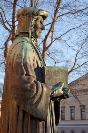 Mikael Agricolan patsas Turun tuomiokirkon edustalla