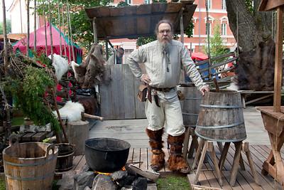 Sahdintekijä Turun keskiaikaisilla markkinoilla 2014 / Beer maker at Medieval Market of Turku in 2014