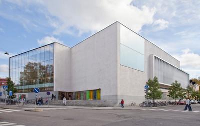 Kaupungin kirjaston laajennusosa valmistui vuonna 2007 / New extension of City Library built in 2007
