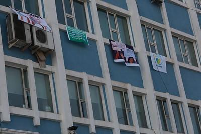 2020 оны арванхоёрдугаар сарын 21. МҮОНРТ-ийн ажилчид удирдлагаа эсэргүүцэж цонхондоо лоозон байрлуулж өлгөсөн байна. ГЭРЭЛ ЗУРГИЙГ Д.ЗАНДАНБАТ/MPA