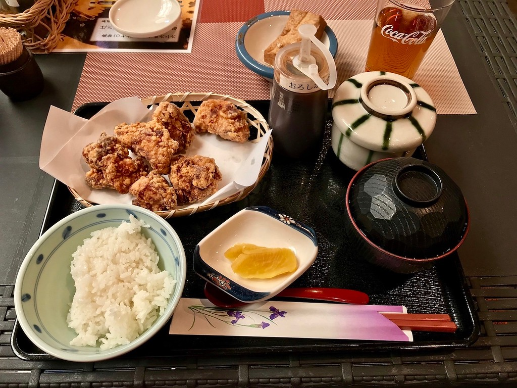 A cheap and cheerful fried chicken lunch set.