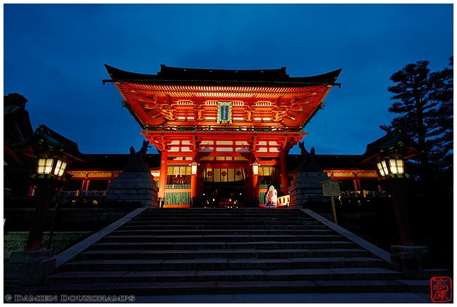 Main hall of Fushimi-Inari-Taisha Shrine at night image copyright Damien Douxchamps