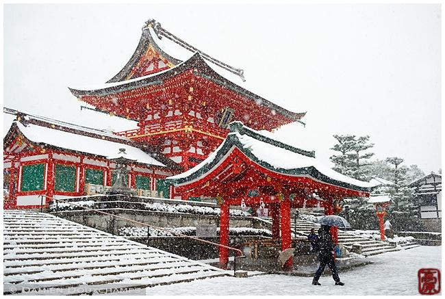 Main Gate of Fushimi-Inari-Taisha Shrine under snow : copyright Damien Douxchamps