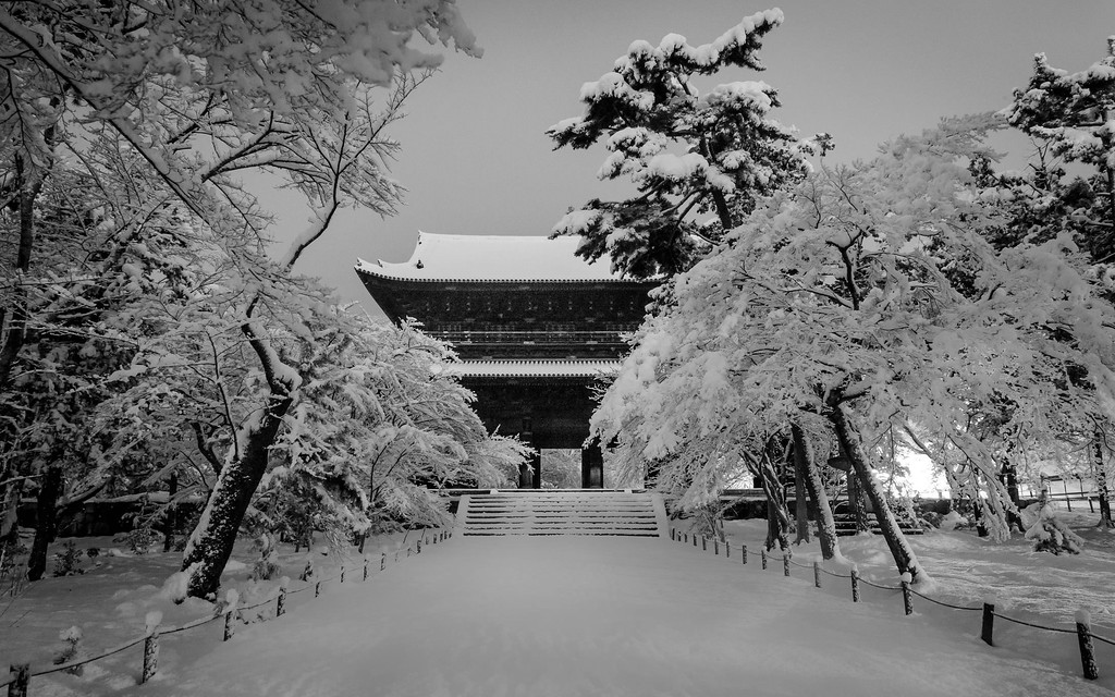 Main gate (San-Mon) at Nanzen-ji Temple under snow  : copyright Jeffrey Friedl