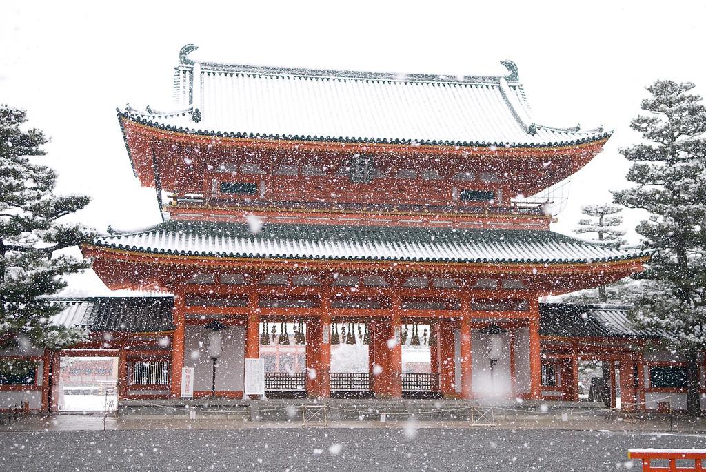 Entry gate of Heian-jingu Shrine in snow: copyright Jeffrey Friedl