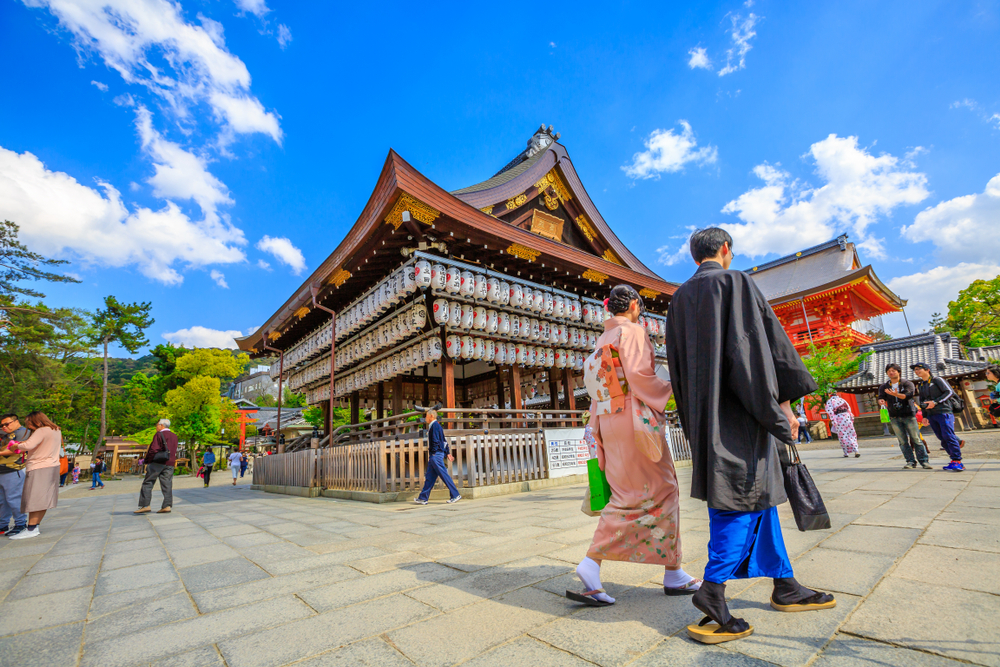 Couple at Yasaka-jinja Shrine in Kyoto. Editorial credit: Benny Marty / Shutterstock.com