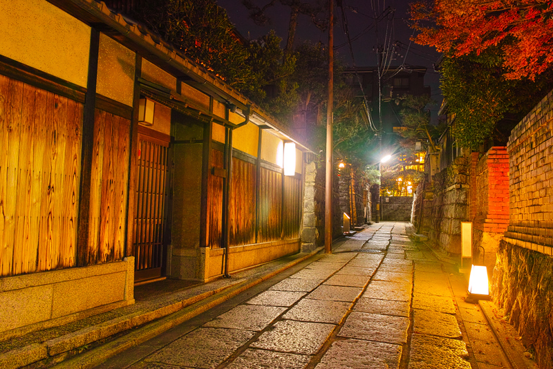 Ishibei-koji in the evening. Editorial credit: 7maru / Shutterstock.com