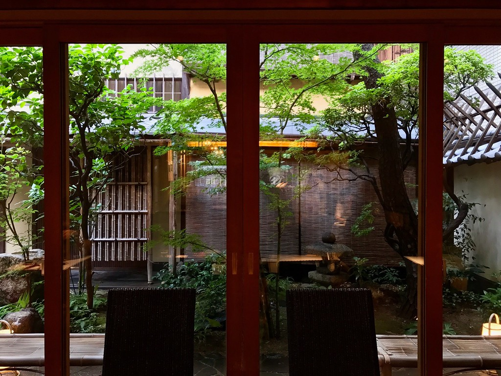 The small Japanese garden beyond the windows of Motoan