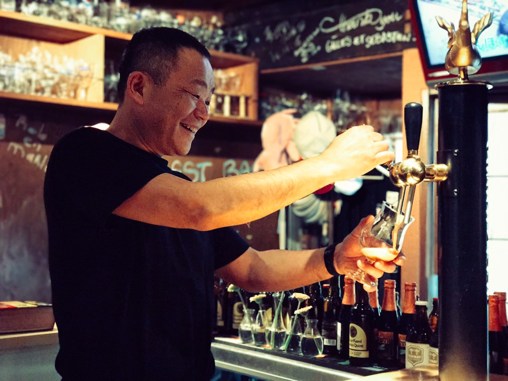 Seto-san of Marube fills up a glass of draft beer. Fill 'er up!