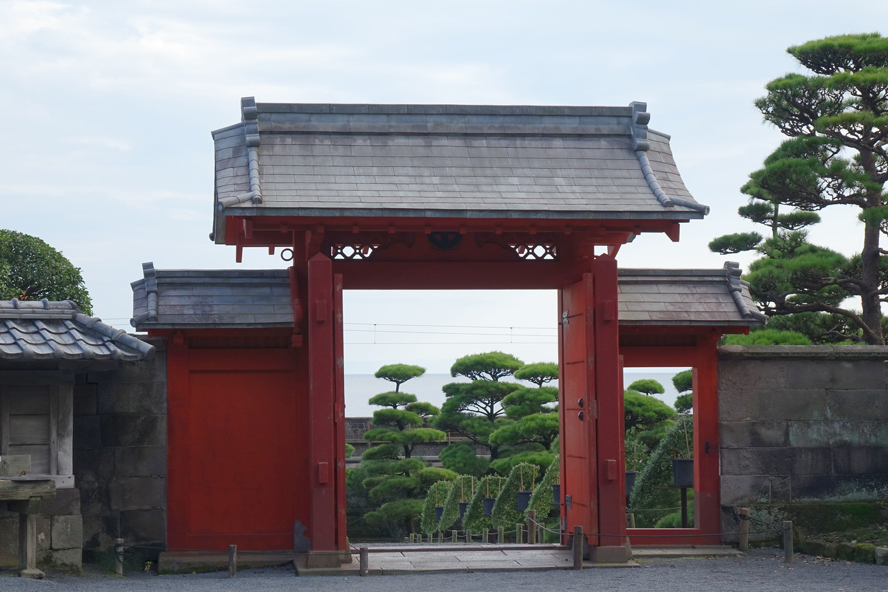 Tin-roofed gate