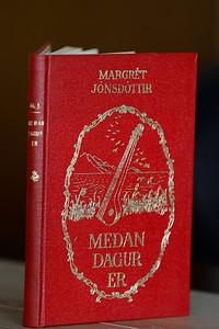 Meðan dagur er : kvæði / Margrét Jónsdóttir