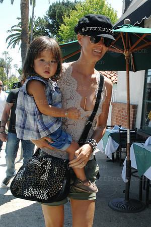 Laeticia Hallyday reprend ses habitudes de Los Angeles apres un long sejour en famille a St.Barth. Manucure,shopping en compagnie d'une personne de sa famille, de sa nounou et de Joy,sa petite fille.