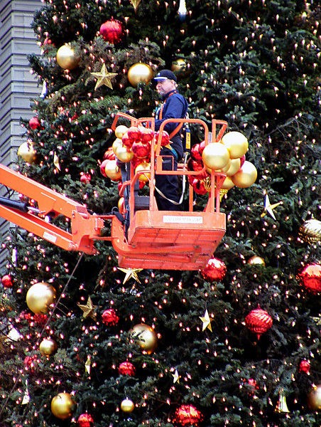 great balls for hire-undecorating San Fran's Xmas tree-Union Square 1-2006