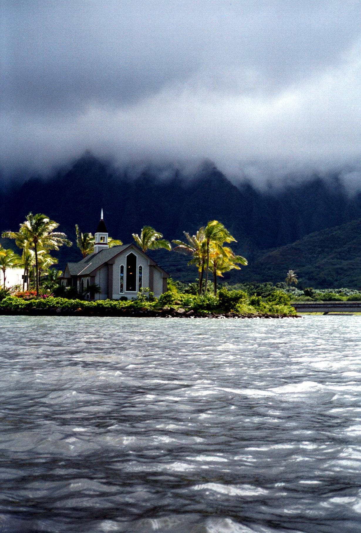Kahalu'u church & Ko'olau palis from kayak 1999 Nov