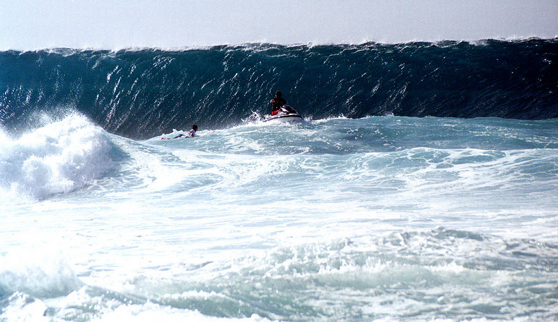 Banzai Pipeline - jet ski pulling surfer 1999 Dec