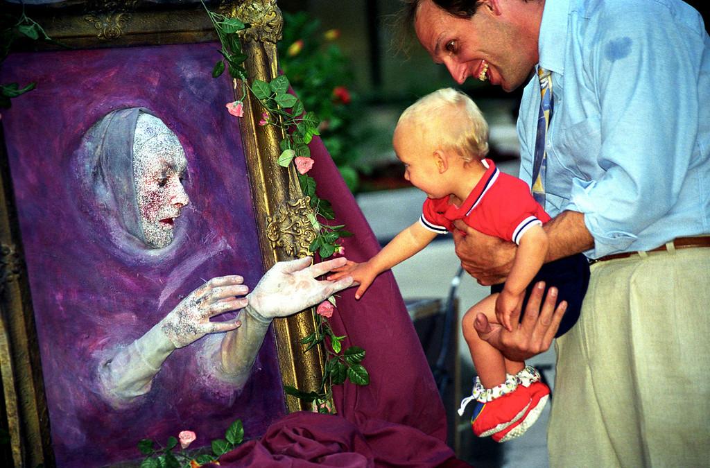 Buskers Fair portrait greeting boy & dad - World Trade Ctr 1997 June