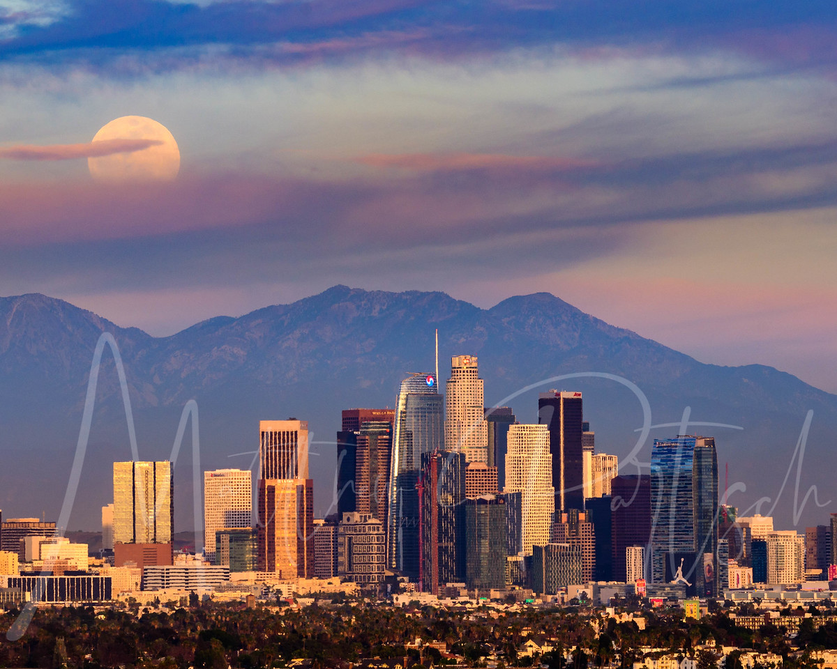 (trial run) Supermoon rising over Los Angeles, CA.  Are you ready for the Supermoon rise on 1/31/18?<br /> This was shot from Baldwin Hills Overlook.  Walked up 273 ft of stairs and twisted an ankle on the way down.<br /> _____<br /> Randomly ran into @ttregs @laury33_ @joshua_chaiton<br /> Had a great time watching the silver moon.