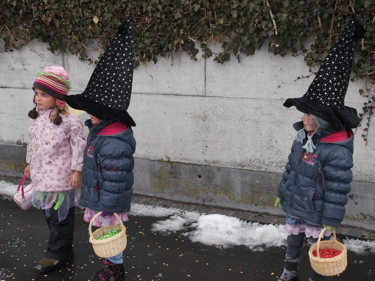 Sunday 22nd Feb 2009 - Three girls wait to ambush the next passer by