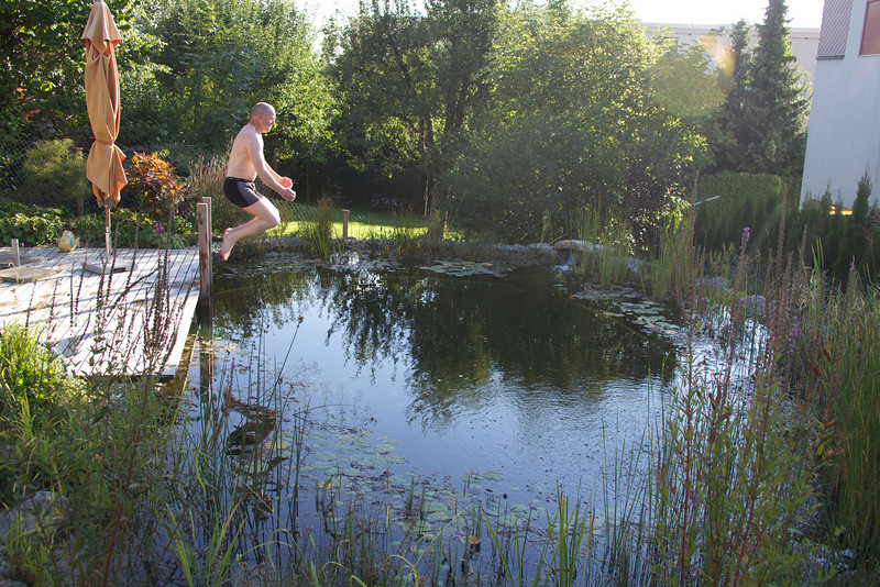 Sunday 5th Sept 2010 - Alan leaps into the pond and then realises he doesn't like water ;-)