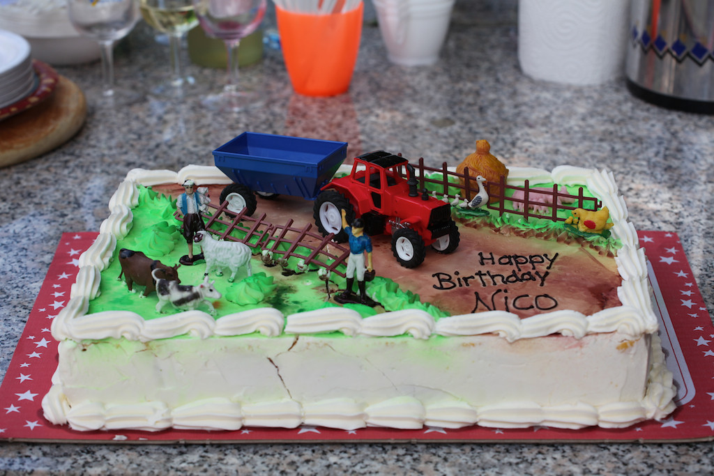 Sunday 18th July 2010 - Hmmm what a nice cake - Luc later purloined the tractor and trailer.