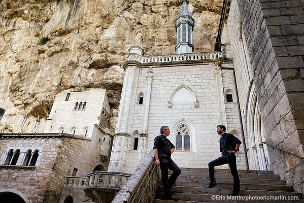 FRANCE. LE LOT. SANCTUAIRE DE ROCAMADOUR. Florent Millet  (à gauche), le recteur du santuaire, et l'abbé Jean Baptiste Digeon.