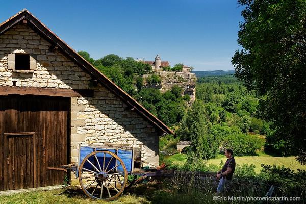 FRANCE. LE LOT. Le Château de Belcastel à Lacave domine la vallée de la Dordogne.