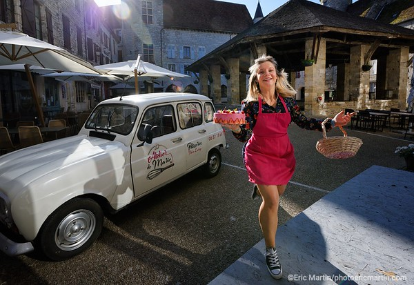 FRANCE. LE LOT. Marché de Martel. Marie Lachèze, une jeune patissière créatrice de l'Atelier de Marie