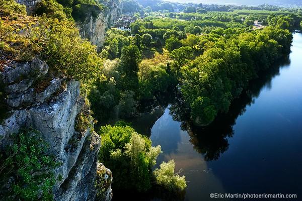 FRANCE. LE LOT. Vallée de la Dordogne. Vue du village et des falaises de Gluges  depuis le causse de Martel