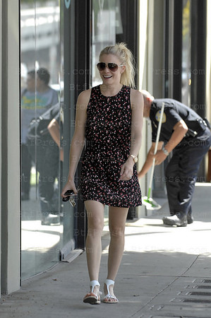Santa Monica, California, May 14, 2009. Non Exclusive- Singer LeAnn Rimes look beautiful, she makes some  shopping at MoonDance on Montana street. (Photo by Michel Boutefeu)