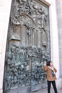Isabella points out each of the people depicted in the door of the Cathedral de Almudena. This gives you a good idea of the size of this door.