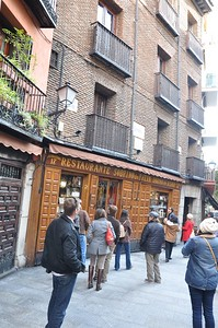 On Calle Codo, Class XV finds Restaurante Sobrino de Botin, certified as by the Guiness Book of World Records as the oldest restaurant in the world.
