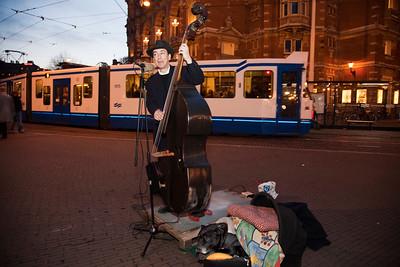 Nederland, Amsterdam; 31 januari 2009, straatmuzikant Elias op het Leidsepleijn, foto: Katrien Mulder