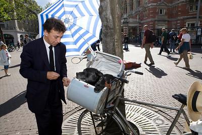 nederland, amsterdam, 31 juli 2007. straatmuzikant Elias met hond in kinderwagen voorop en  contrabas op de fiets en later op het leidseplein aan het spelen. foto: Katrien Mulder
