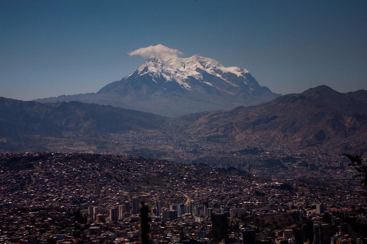 Entering La Paz, de facto capital of Bolivia by bus