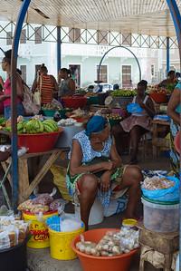 Vendedora en Mercado de Plaza de la Estrella. Mindelo, Sao Vicente (Cabo Verde)