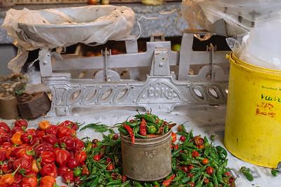 Bodegón con pimientas y pesa en Mercado. Mindelo, Sao Vicente (Cabo Verde)