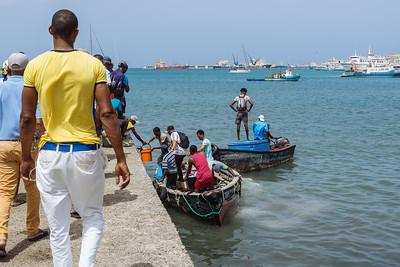 Pescadores descargando en muelle del Mercado del Peixe. Mindelo, Sao Vicente (Cabo Verde)