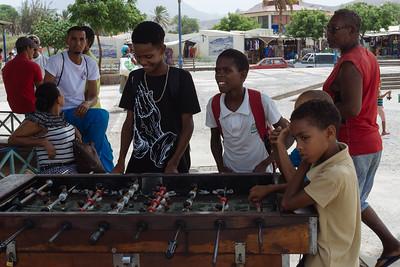 Niños jugando en Mercado Plaza de la Estrella. Mindelo, Sao Vicente (Cabo Verde)