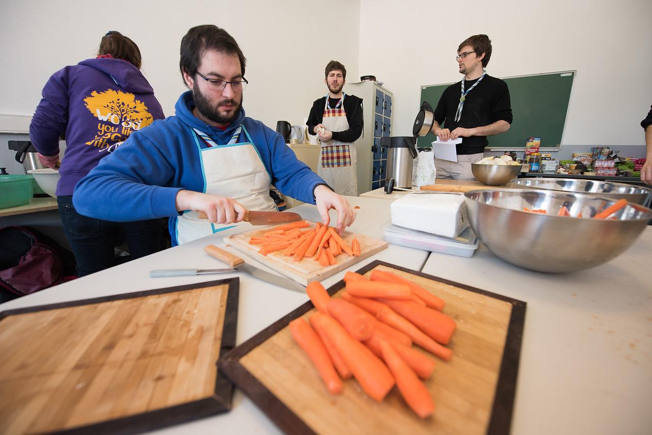 Benjamin coupe les carottes