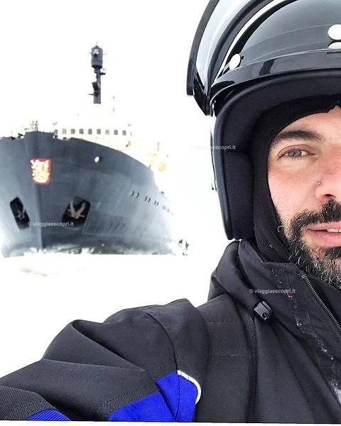 Voglia di nord, voglia di gelo e di paesaggi abbaglianti ricoperti di ghiaccio. La mia avventura in #Lapponia mi ha fatto vivere un'indimenticabile inseguimento in motoslitta sul mare ghiacciato fino a raggiungere la nave rompighiaccio #Sampo, questa rest