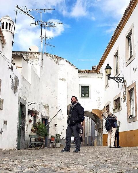 Faro, Portogallo  Una giornata dedicata a perdermi tra le vie di #Faro, la capitale dell'#Algarve oggi mi ha davvero stupito, il centro storico è un groviglio di viuzze che si alternano dal bianco candido, ai colori vivaci di contorno a porte e finestre,