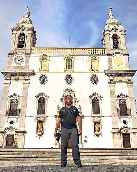 Faro, Portogallo  Sentirsi piccoli di fronte all'imponenza di Nossa Señora di Carmo è facile, dopo averne visitato l'interno barocco e la Capela dos Ossos ancora di più. Se pianifichi un viaggio in #Algarve dedica qualche giorno a #Faro, il centro storic