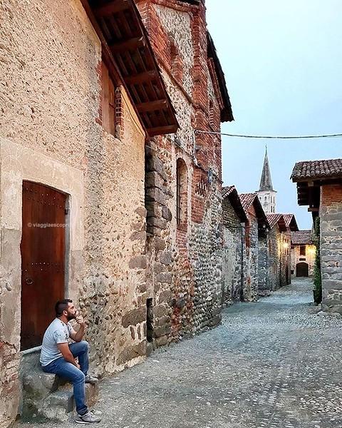 • Piemonte • E le serate a spasso per il Ricetto di #Candelo, il borgo medievale meglio conservato della regione. Hai mai visitato la provincia di #Biella? . . . #ExploreBiella #ExploreCandelo #innamoratidelbiellese