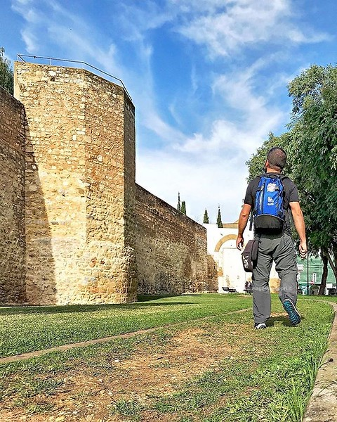 Faro, Portugal  Sentirsi piccolo piccolo davanti alle mura di #Faro è facile, ma chissà se lo sa la capitale dell'#Algarve di essere così bella da visitare? E per te qual è la città più bella del #Portogallo? . . . #visitPortugal #AlgarveVS #rainbowRTW #