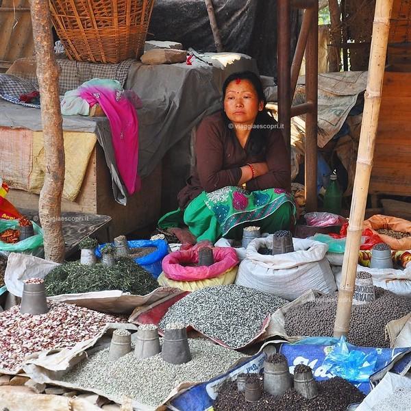 Mercanti lungo la strada per il Dakshinkali Mandir, #nepalroutes mille colori e odori si mischiano in questo luogo che rapisce i sensi. www.nepalroutes.com #visitnepal