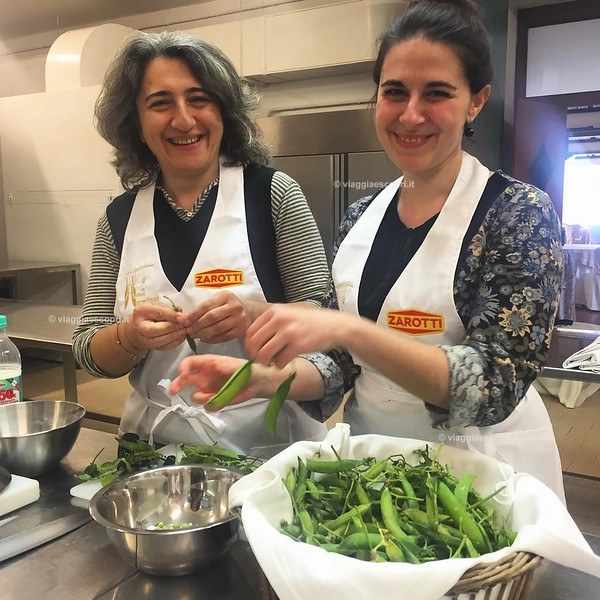 Dalle cucine di #CasaZarotti, @alegiovanile e @lucrezia_argentiero alle prese con la cooking class all'Hotel Hermitage! Tutto #buonocomeilpesce e la verdura! 😋 #Castellabate